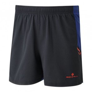 Short de running technique et fonctionnel Ronhill Cargo Stride Short Black/Flame pour homme | RH-003849-219_1